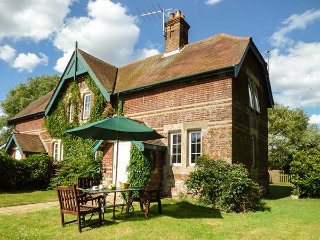 FERRY COTTAGE, semi-detached on working farm, pet-friendly, woodburner, garden, Orford, Ref 918137