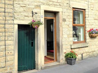 FEATHERBED TOP COTTAGE, cottage with garden, close amenities, walking, Glossop R