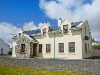 ISLAND VIEW, solid fuel stove, en-suites, pet-friendly, in Corraun, Achill