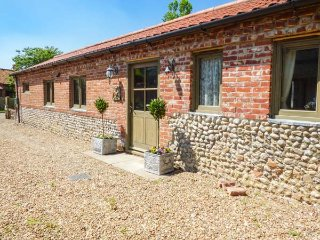WALNUT BARN, open plan, ground floor, woodburner, WiFi, in Holt, Ref 933774