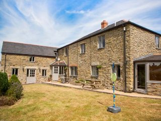 FIVE ELEMENTS FARMHOUSE, luxury property, en-suites, woodburner, hot tub, pet-friendly, St Agnes, Ref 937027, Mithian