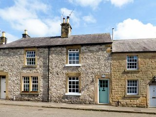 ROSEMARY COTTAGE, terraced, woodburner, WiFi, courtyard, in Ashford-in-the-Water, Ref 941218, Bakewell