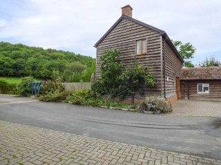 OWL BARN, lawned garden, pet-friendly, fantastic touring base, Woolhope, Ref