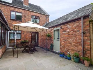 BUMBLE COTTAGE delightful annexe, garden with summerhouse, good touring location, Swadlincote, Ref 942782
