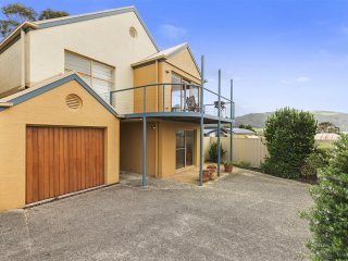 CROWS NEST 4 - Apollo Bay 3 Bedroom House with Ocean & Mountain Views