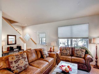 Spacious and Beautiful Townhome - Near Main St. and the Slopes-Private Hot Tub