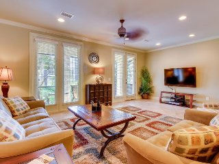 Upscale townhome near beach: shared pool, hot tub, & tennis - snowbirds welcome!