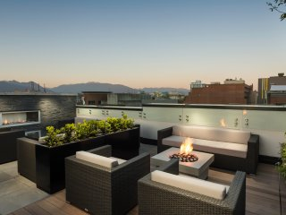 Stunning Views - Luxurious Chinatown 1BR, Vancouver