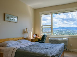 Bright, private and quiet room with excellent view, Kelowna