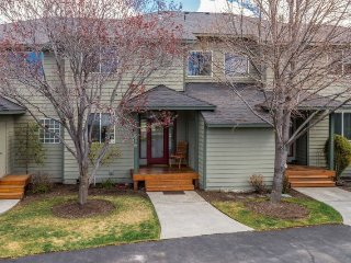 Eagle Crest 2 BR, 2.5 Bath. Hot Tub. Walk to sports center., Redmond