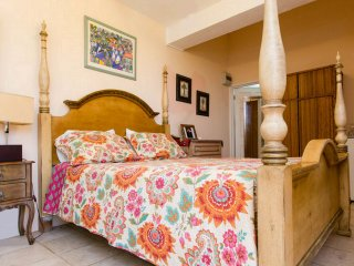 PARADISE ON BUDGET, Private Room, 30ft Pool, Strong Wifi, BREAKFAST.4-Poster Bed