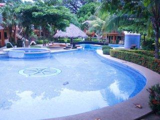 Apartamento rodeado de bellos jardines y piscina, Playas del Coco