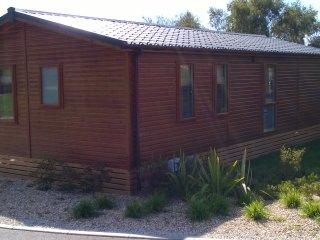 Luxury 3 bed lodge in a woodland setting, sleeps 6, Weymouth