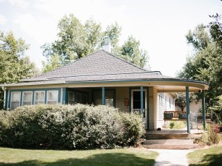 Bungalow close to downtown, Sleeps 8