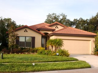 Beautiful 4-Bedroom Home with Community Pool, Kissimmee