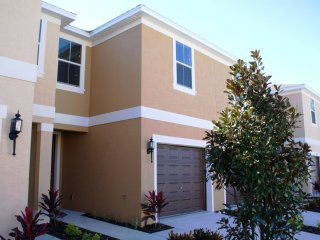 Modern 3-Bedroom Townhome with Screened Patio, Davenport