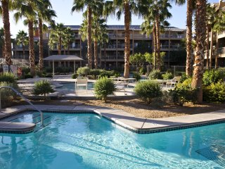 Wyndham Indio adjacent to Terra Lago golf w/ 2 pools, BBQ grils for the family