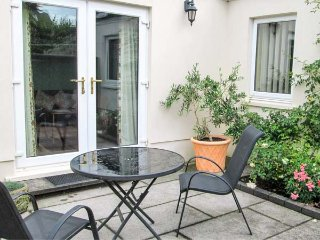 SWALLOWS, all ground floor, private patio, off road parking, pet-friendly, Dinas Cross, Ref 930406