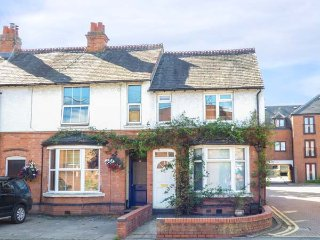 VIOLA COTTAGE, end-terrace, courtyard, WiFi, in Stratford-upon-Avon, Ref 937941