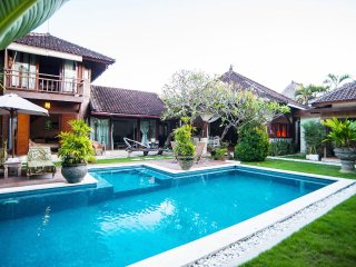 Flora, 3 Bedroom Villa with large pool,central, Seminyak