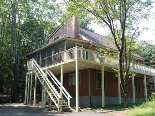Spacious 3-Story Lakeview Retreat, 7 Br 3 Ba, Tunkhannock