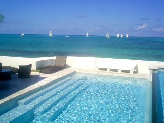 IDEALLY LOCATED VILLA BY THE BEACH, Nassau