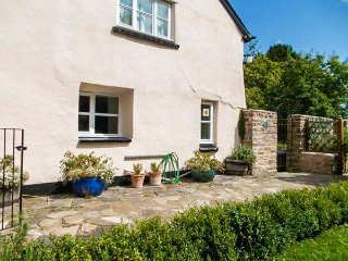 OLD HOUSE COTTAGE, romantic retreat, woodburner, pet-friendly, private garden, WiFi, Dulverton, Ref 935214