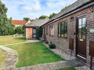 AFTON DAIRY COTTAGE, family-friendly, barn-conversion, near the beach, Freshwate