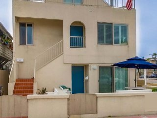 Lovely 3 Bedroom townhome- private rooftop deck, BBQ, walk to beach and bay