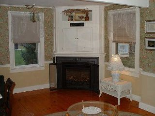 Private 2 Bdrm Cottage, Walk 2 Beach & Riverfront!