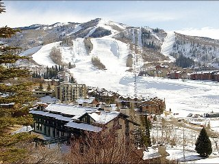 Top Floor Unit with Beautiful Panoramic Views - Virtually Ski In Ski Out - 100 yards to Slopes (4595), Steamboat Springs