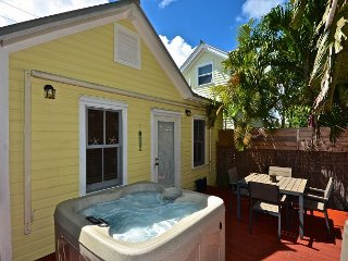 Sunshine House - Cute Home w/ Private Hot Tub, Infrared Grill & Bicycle!, Cayo Hueso (Key West)