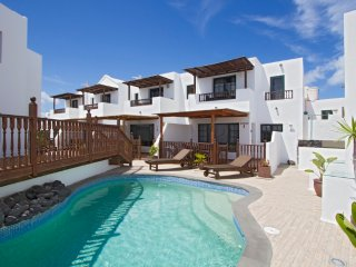 Casa Lila, Villa in quaint fishing village, solar pool access, 2nd line to sea