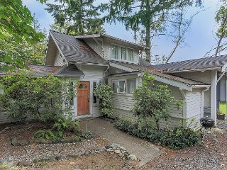 Pet-Friendly 4BR, 2BA Bainbridge Island Cottage – Under 1 Mile to the Ferry