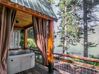 Lakefront rustic retreat for 2, hot tub, WiFi & private dock