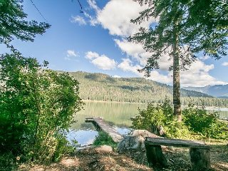 Adorable couple's retreat on Fish Lake, FREE WI-FI, private dock and hot tub
