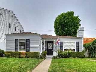 Charming & Cozy 3 Bedroom Cottage in Corona Del Mar-Block away from the Beach
