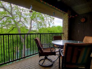 Comal Riverfront with 2 decks! Schlitterbahn! Pool, hot tub & river access!!