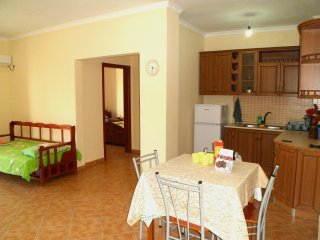 LOVELY APARTMENT 2 MIN FROM BEACH - IDEAL FOR LONG STAYS, Durres