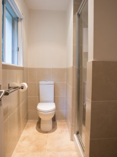 Twin bedroom: Ensuite shower & WC