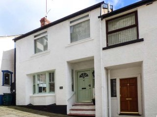 ORIEL COTTAGE, WiFi, pet-friendly, multi-fuel stove, in Conwy, Ref 938937