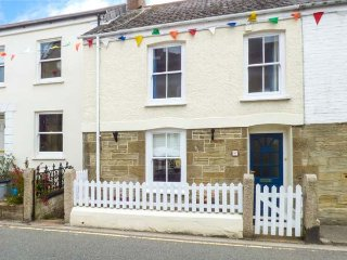 BEA COTTAGE, terraced, open fire, private garden, pet-friendly, in St Agnes, Ref 941529