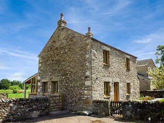 LANE FOOT COTTAGE, woodburner, pet-friendly, garden with patio, High Bentham