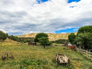 Dog-friendly, Western-style escape w/ great views & horseback riding on-site