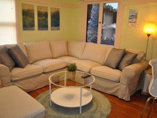 Furnished 2-Bedroom Home at Ocean Park Blvd & 5th St Santa Monica, Santa Mónica