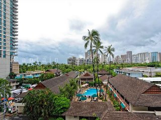 Central Waikiki! 2 bedrooms/1 bath. 2 Blocks to beach!  WASHLET! Sleeps 5-6!, Honolulu
