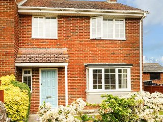 LEAP HOUSE, semi-detached, woodburner, enclosed garden, WiFi, in Wareham, Ref
