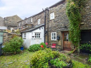 COURTYARD COTTAGE, stone-built cottage, town centre location, walks nearby, in Sedburgh, Ref 936540, Sedbergh