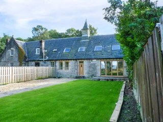 THE HALL WEST, high standard barn conversion, en-suite, woodburning stove, Balloch
