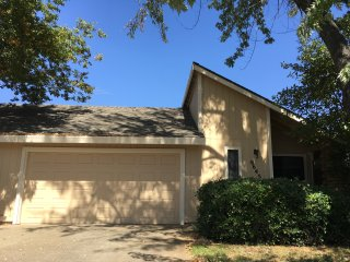 CHARMING 2 BED, 2 BA, 2 CAR GARAGE WITH BACKYARD!, Sacramento